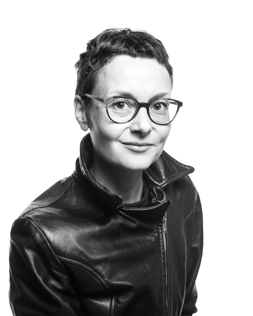Femme à lunette avec les cheveux court en noir et blanc